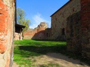 Burghof mit Bergfried